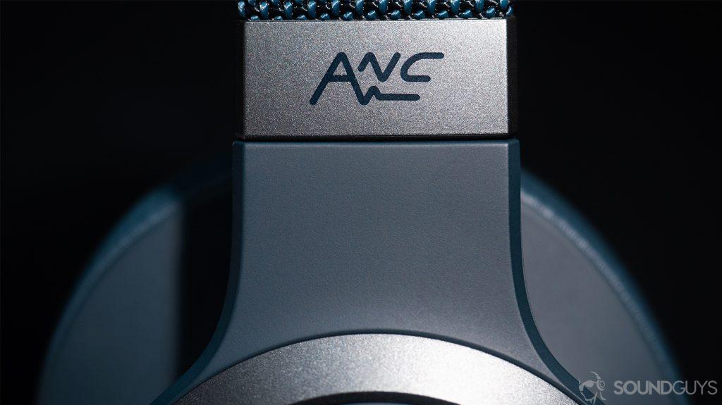 JBL Live 650BTNC: Close-up of the ANC logo on the headband.